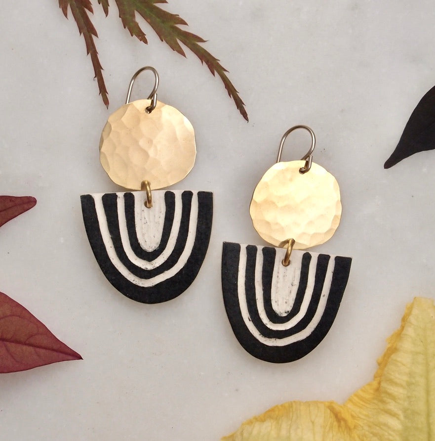 Ceramic and brass earrings - Arc