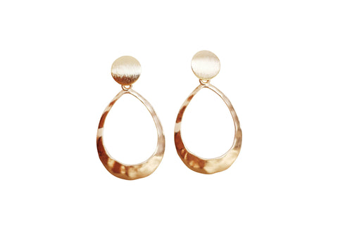 Kinsley Geometric Oval Earrings in Hammered Gold