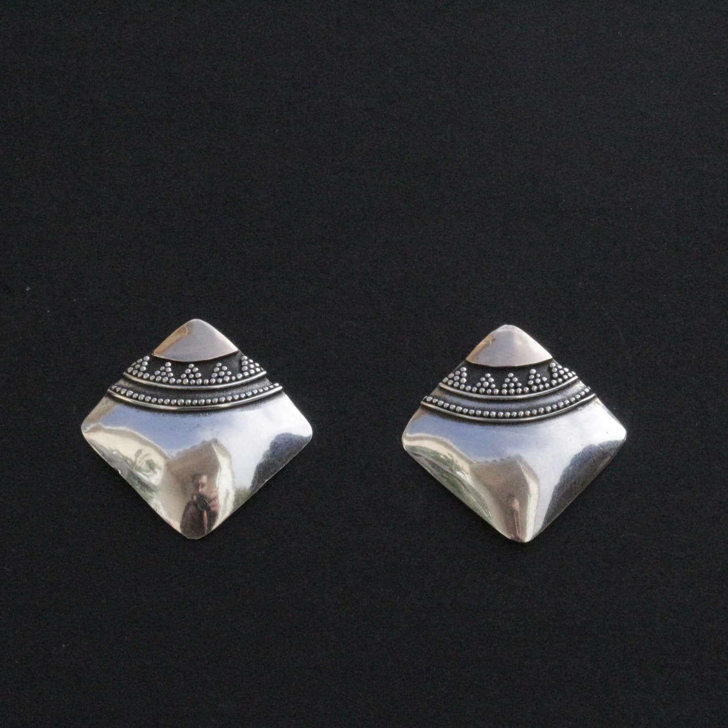 Granulated stud earrings