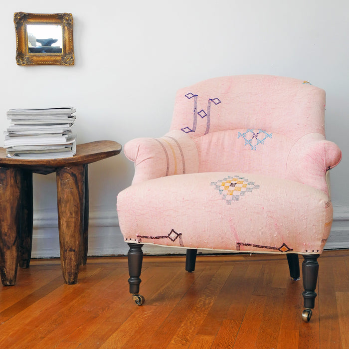 Tulip Chair, pink Moroccan rug