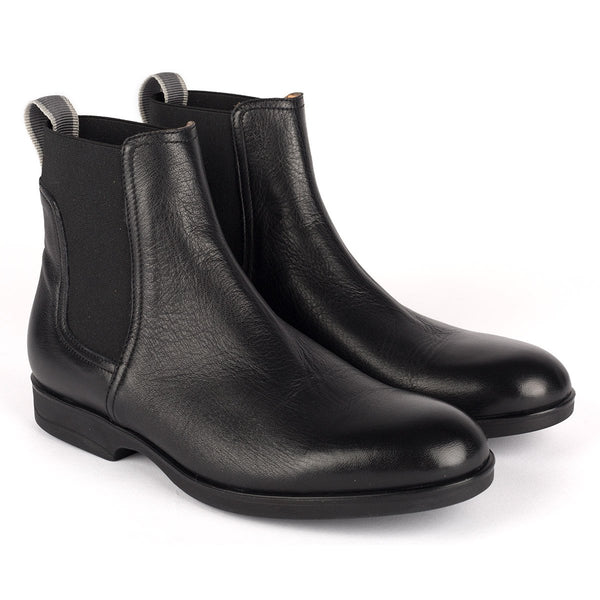 1004<br> Short boots in black calf leather