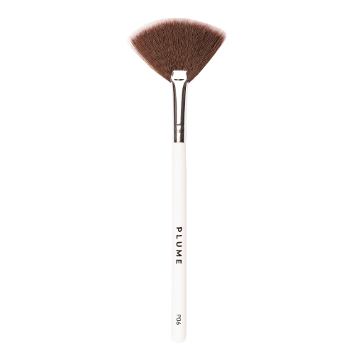 P06 - Professional Highlighter Fan Brush - Plume Beauty