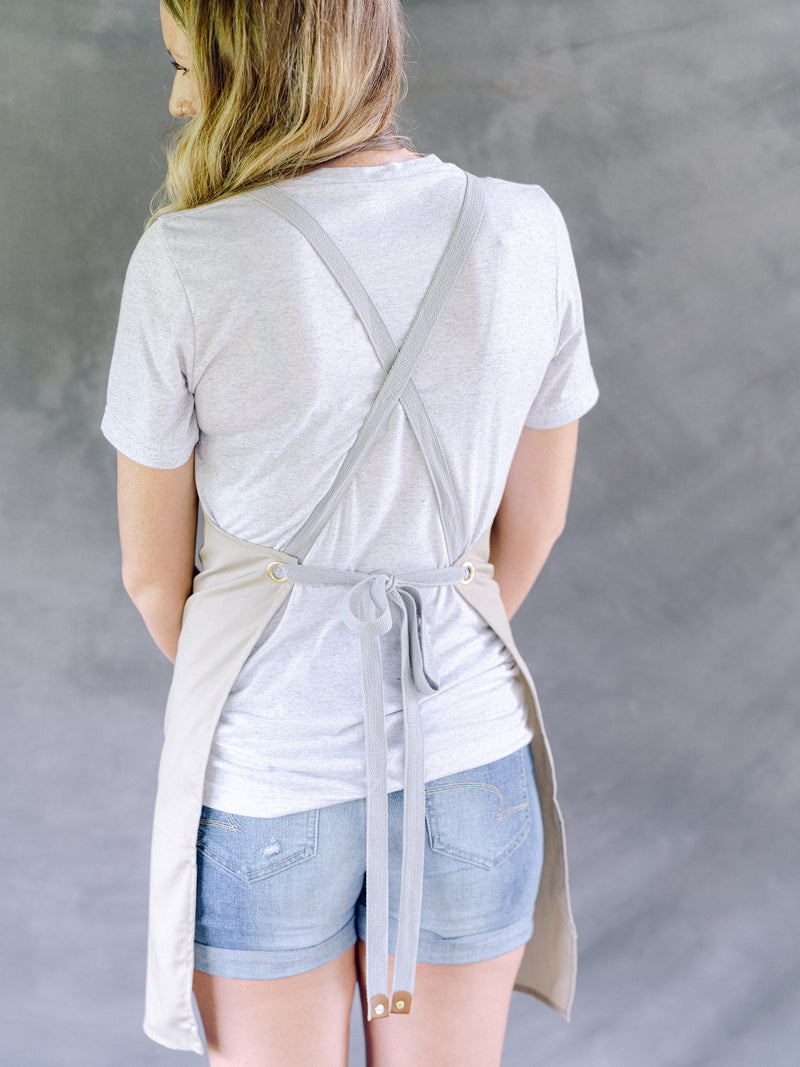 Back of garden apron: criss-cross straps with tie at the waist.