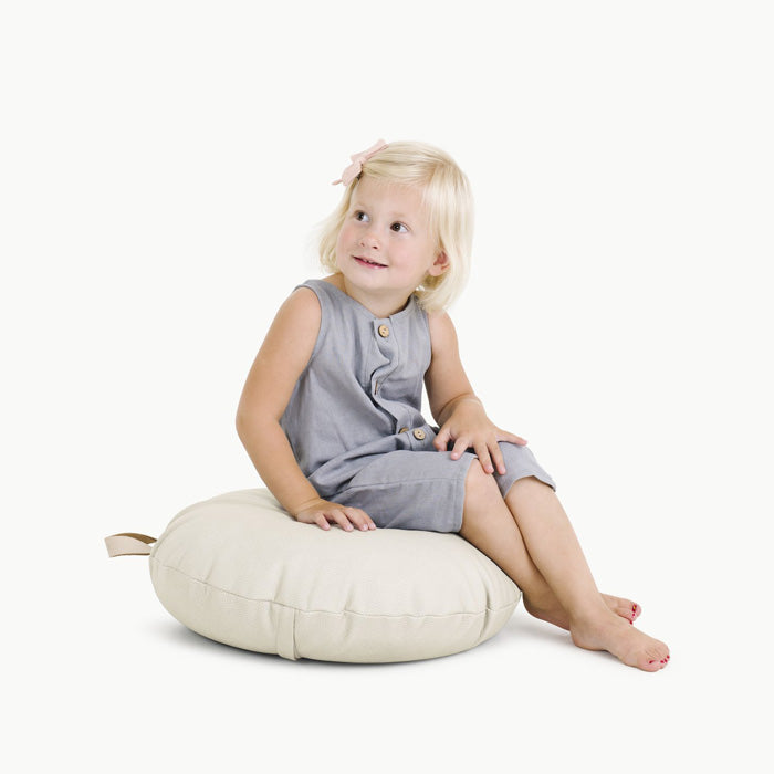 gathre mini floor cushion blanc child sitting