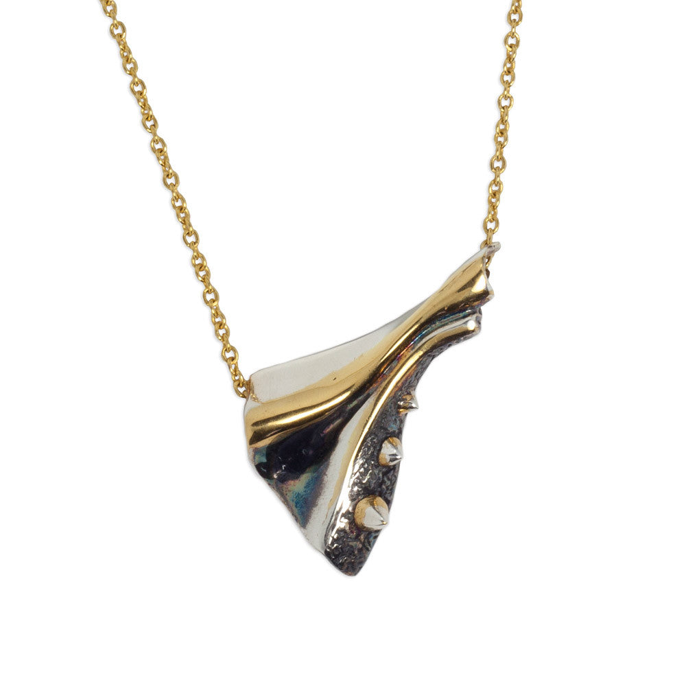GOLDEN METALLIC FOLD NECKLACE.