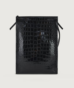 Backside of Gwyneth bag, size L, black with croco effect embossed. Gwyneth bag in size L, black with croco effect embossed. It is made from Italian calf leather. The front plate is made from cow horn. Adjustable shoulder strap. Perfectly suitable for A4 formats and all iPad sizes.