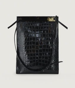 Gwyneth bag, size L, black with croco effect embossed. Gwyneth bag in size L, black with croco effect embossed. It is made from Italian calf leather. The front plate is made from cow horn. Adjustable shoulder strap. Perfectly suitable for A4 formats and all iPad sizes.