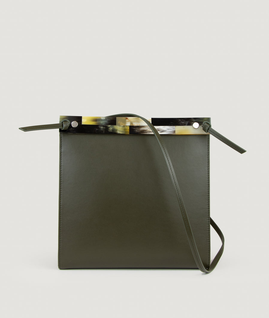 Gwyneth bag, Size M, olive green, made from Italian calf leather. The front mosaic plate is made from cow horn. Adjustable shoulder strap. Shoulder strap is also in the function of easy closing and opening the bag. Elegant and contemporary.