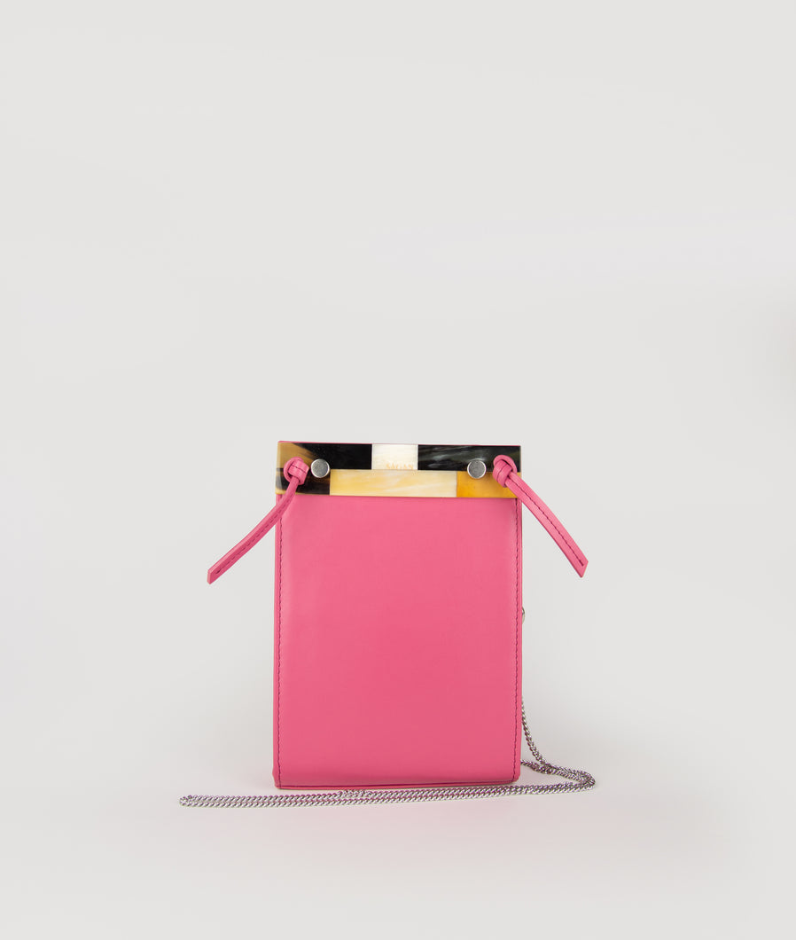 Gwyneth small bag, size S, in fuchsia, made from Italian calf leather. This size is suitable for all iPhone sizes. The mosaic front plate is made from cow horn. Fine chain shoulder strap. Elegant and contemporary.
