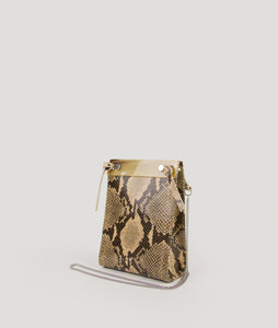 Gwyneth bag, size S, with snake print, made from Italian calf leather. This size is suitable for all iPhone sizes. The front plate is made from cow horn. Fine chain shoulder strap. Elegant and contemporary.