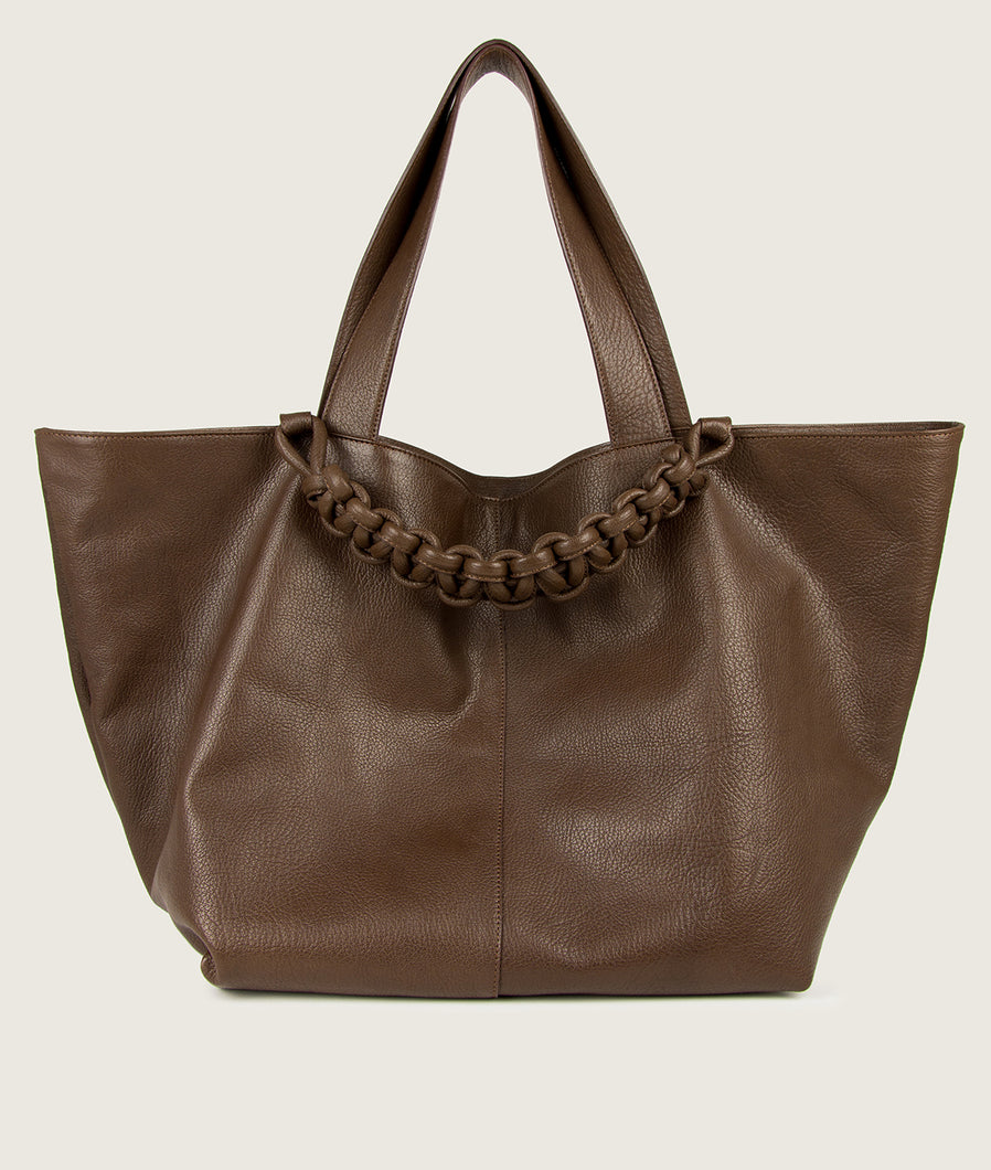 SAGAN Vienna - XL Tote bag, vegetable tanned leather, brown, hand braided signature leather handle functioning as a fastening detail. Inner zip pocket.