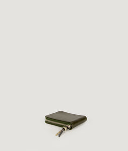 Wallet Square purse in military olive green, made from smooth Italian calf leather. It´s generously proportioned to fit all cards, bills and coins. One side zip fastening along the top and sides with accentuated signature puller made from cow horn.