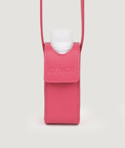 SAGAN Vienna x OFFICE with KOEKKOEK - small hand sanitizer bag in fuchsia. With every purchase you are supporting Kayayei girls and women who are affected by the COVID-19 outbreak.