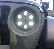 "Load image into Gallery viewer, Jeep 7"" Round LED Headlight - LB: 2100 lux HB: 2880 lux"