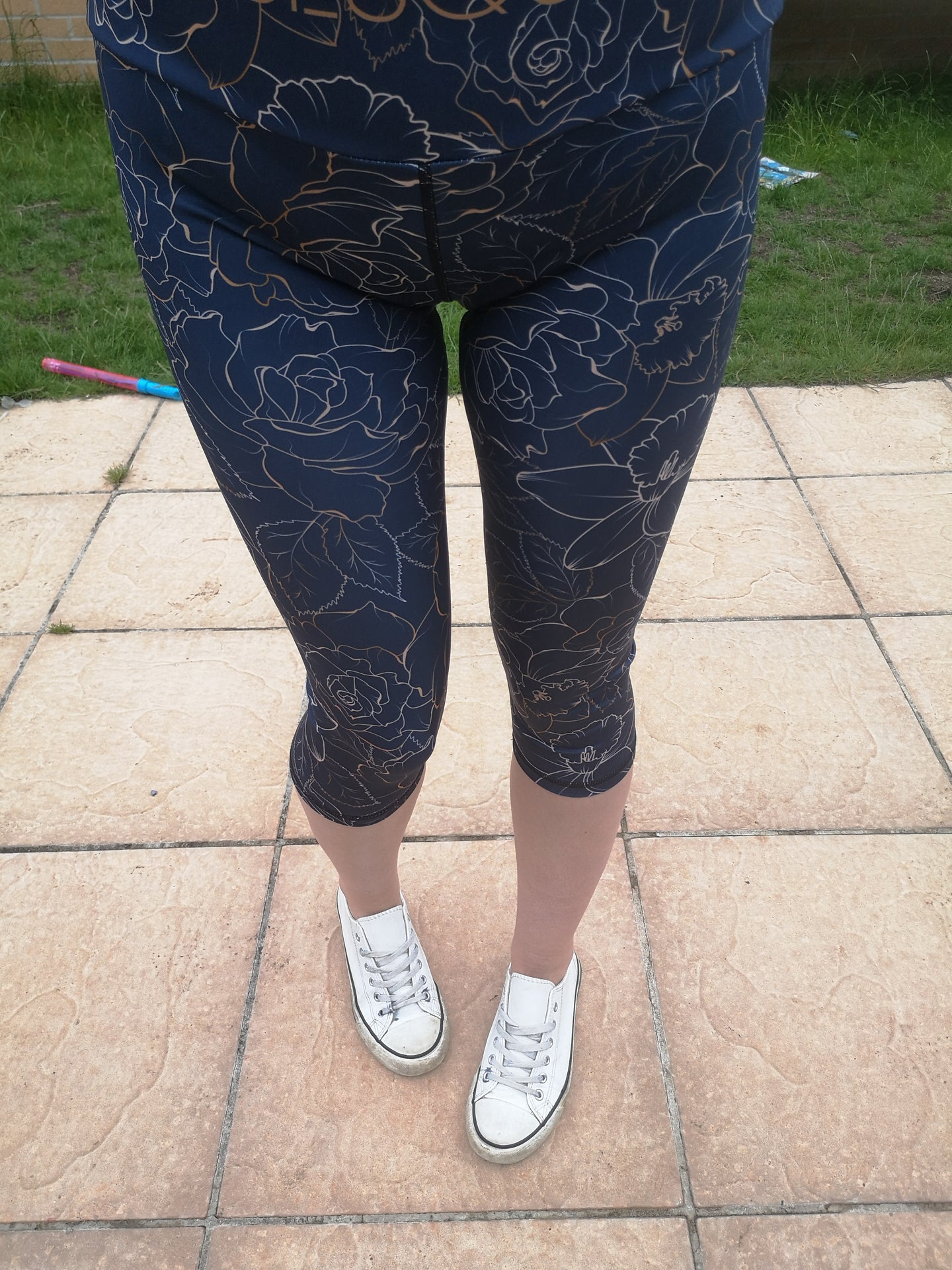 Luesque VERSION 3 Regal Roses Capri Length Leggings