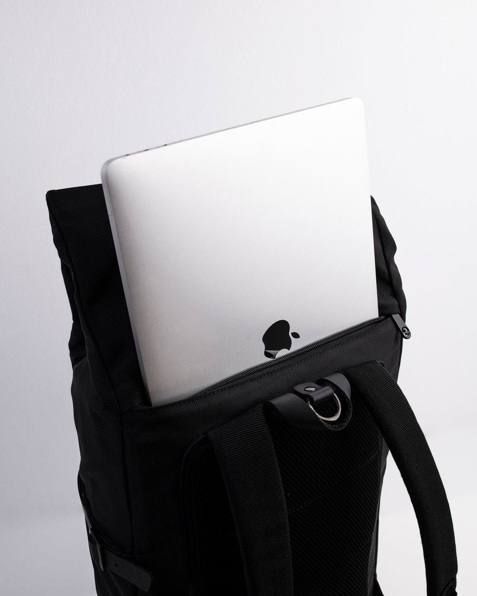 Alldaypack - The miminalistic everyday laptop backpack - MacBook Pro 15 inches in the back padded sleeve