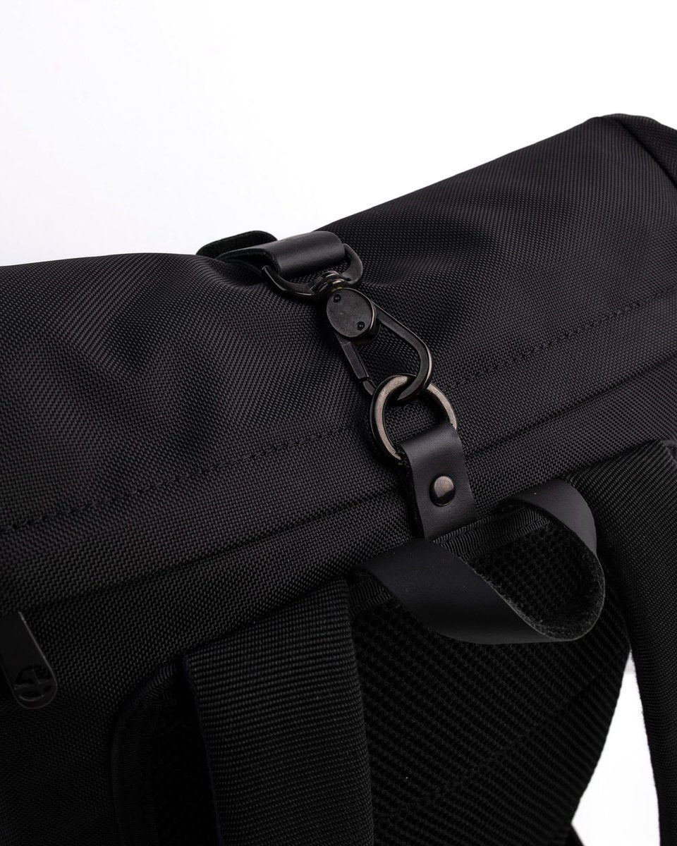 Alldaypack - The miminalistic everyday laptop backpack - Rolltop closure detail