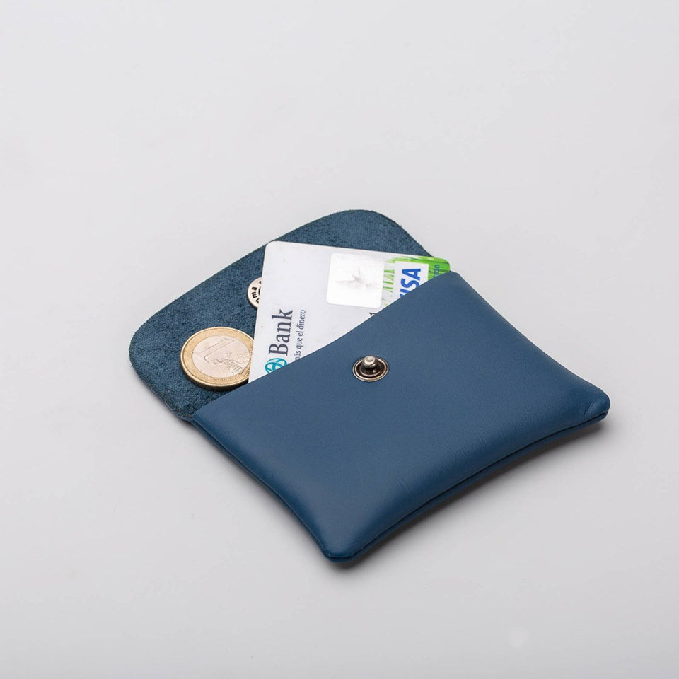 Fugacargo - Mini wallet blue minimalist smooth leather wallet opened with coins and credit card detail