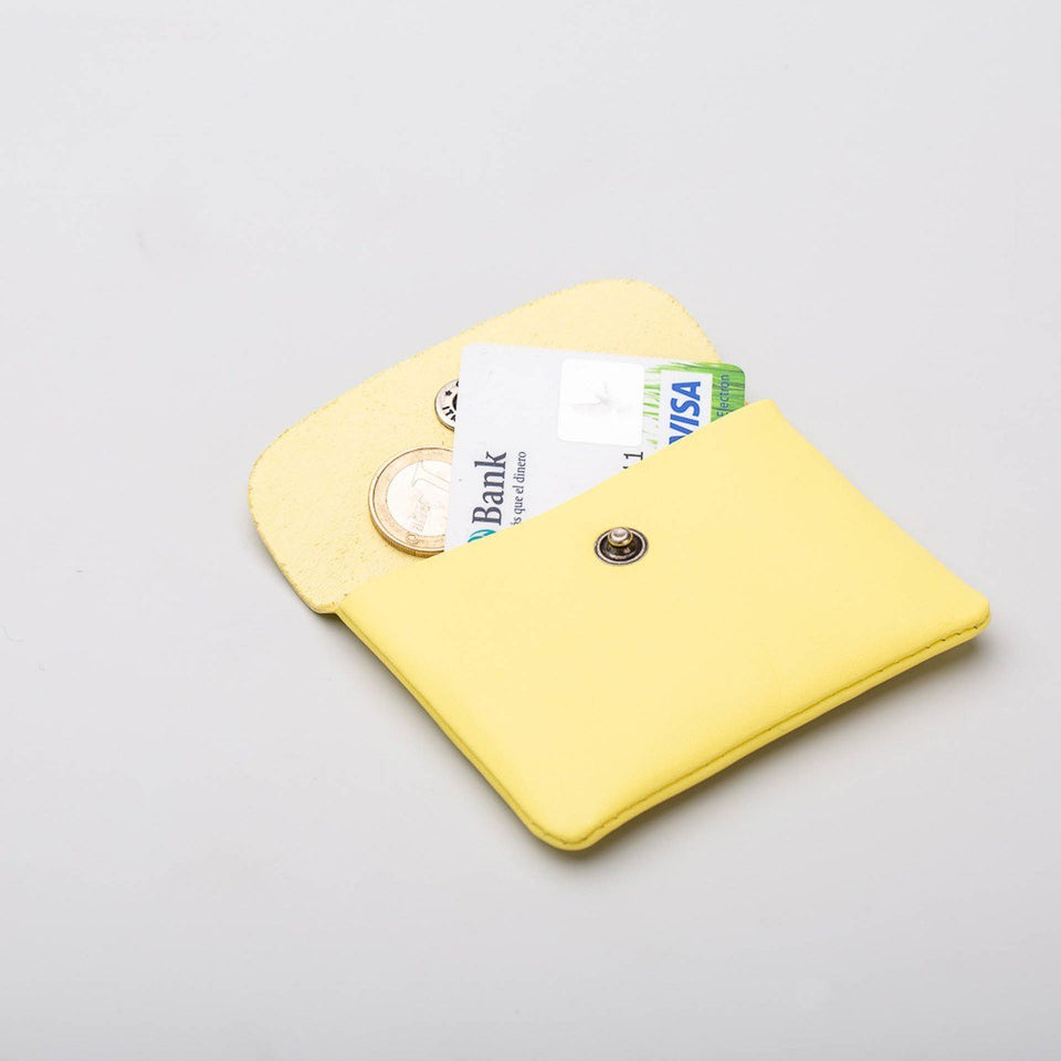 Fugacargo - Mini wallet yellow minimalist smooth leather wallet opened with coins and credit card detail