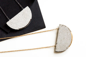 HALF MOON NECKLACE EMBEDED EDGE