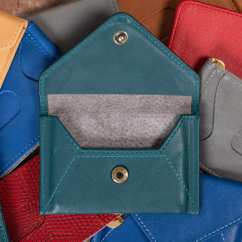 Compact leather cardholder with recycled leather