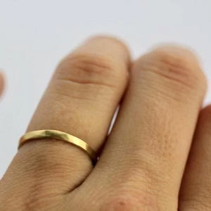 simple-sustainable-hammered-gold-band