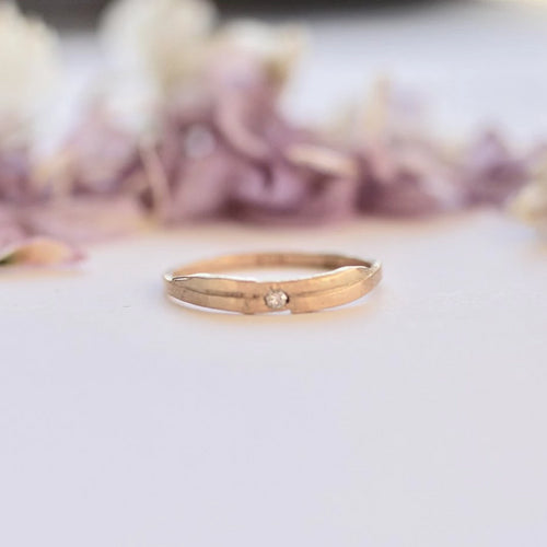 sustainable-gold-ring-with-flush-diamond