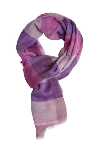 Exclusive 100% cashmere scarf in subtle pink plaid