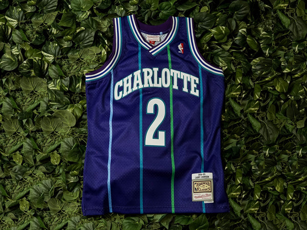 Mitchell & Ness 'Larry Johnson' '94 NBA Swingman Jersey [SMJYAC18008-CHOPURP94LJO]