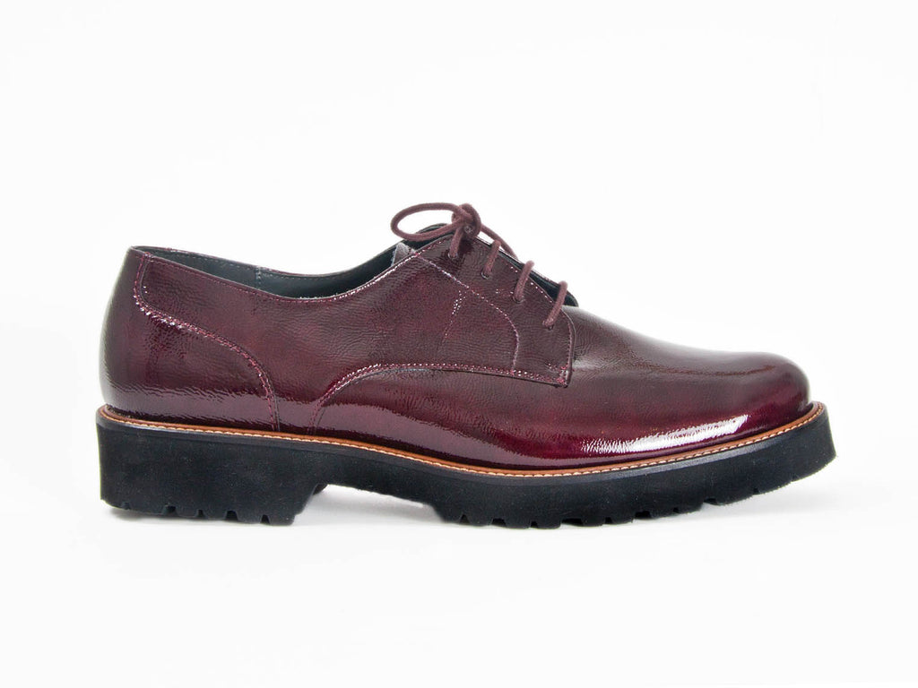 PATENT LEATHER LACE UP