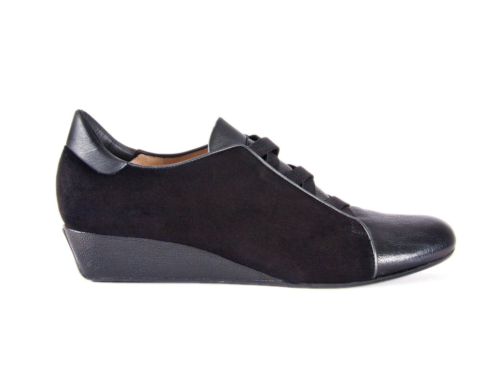 Loafer w/i criss cross elastic