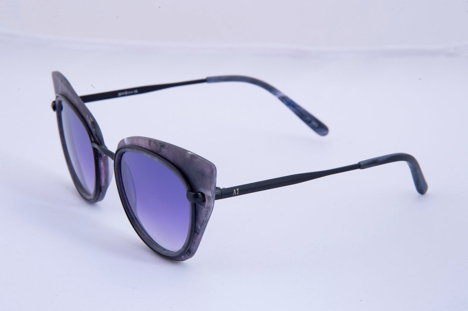 AI cat eye sunglasess with marble effect