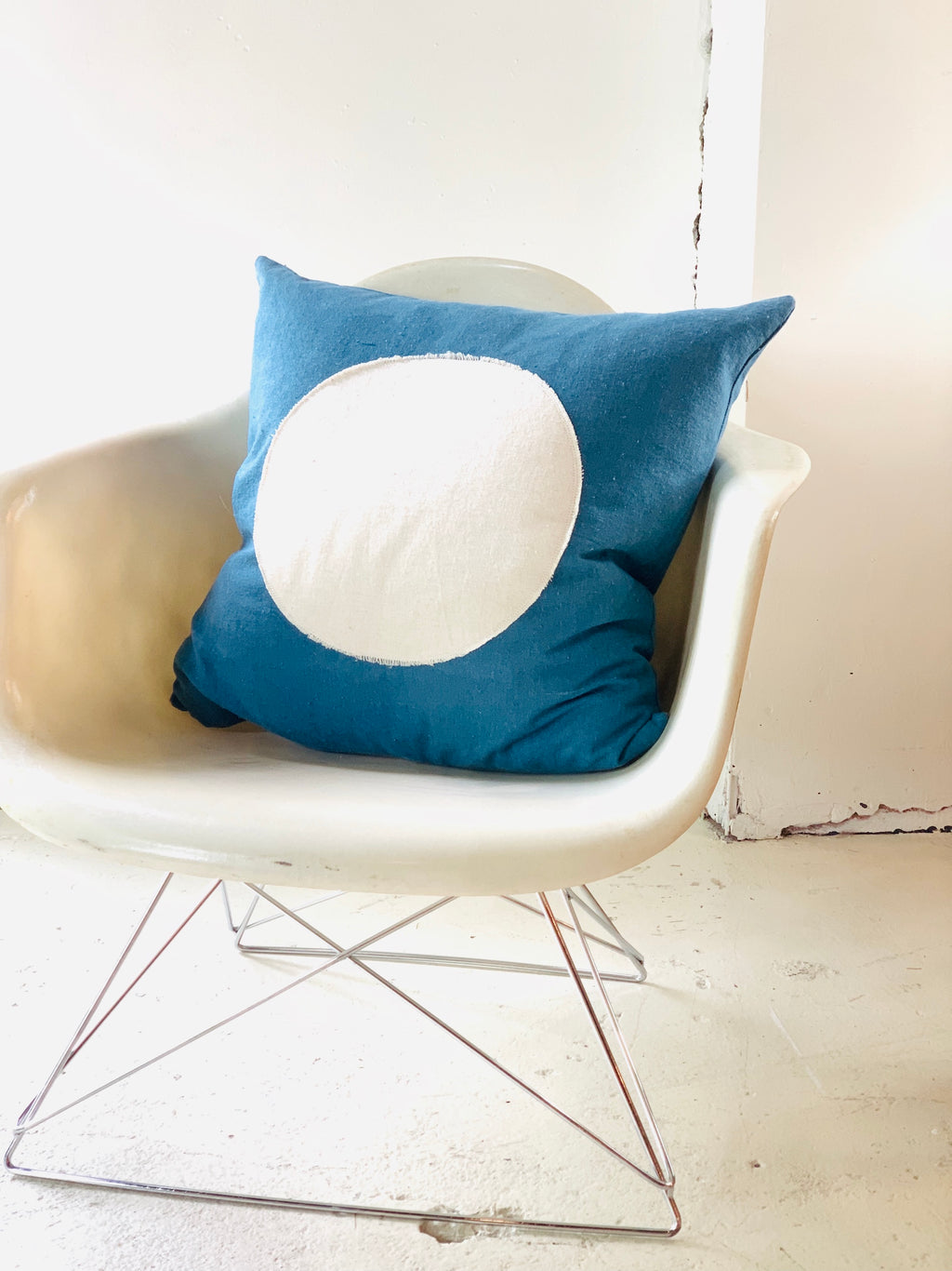 Circle Pillow Natural Indigo White Applique