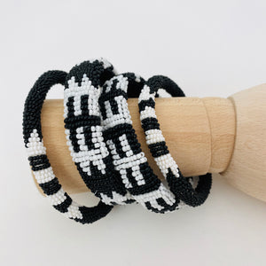 BLACK AND WHITE BRACELET SET