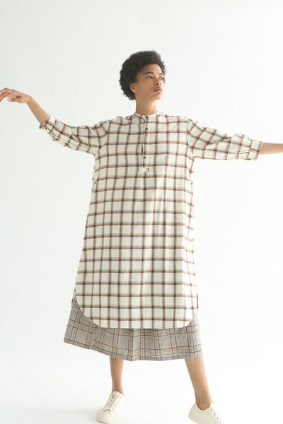 Ichi Top - Cotton/Linen in White/Brown Check on model view front