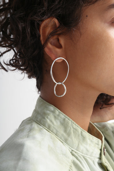 Paso Earrings e01.02 in Silver on model view