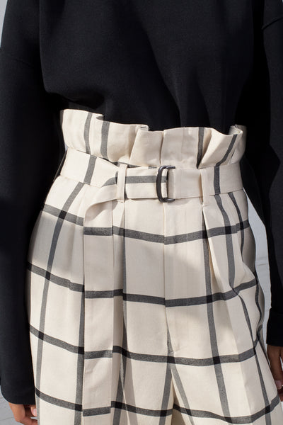 Rito Double Tuck Wide Pants with Belt in White & Black cropped waist detail view