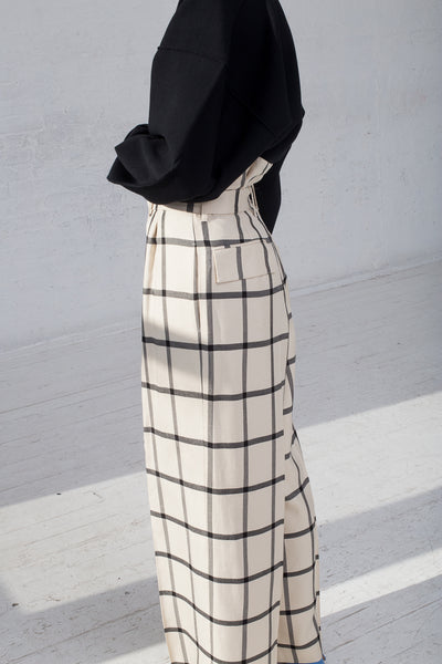 Rito Double Tuck Wide Pants with Belt in White & Black cropped side view