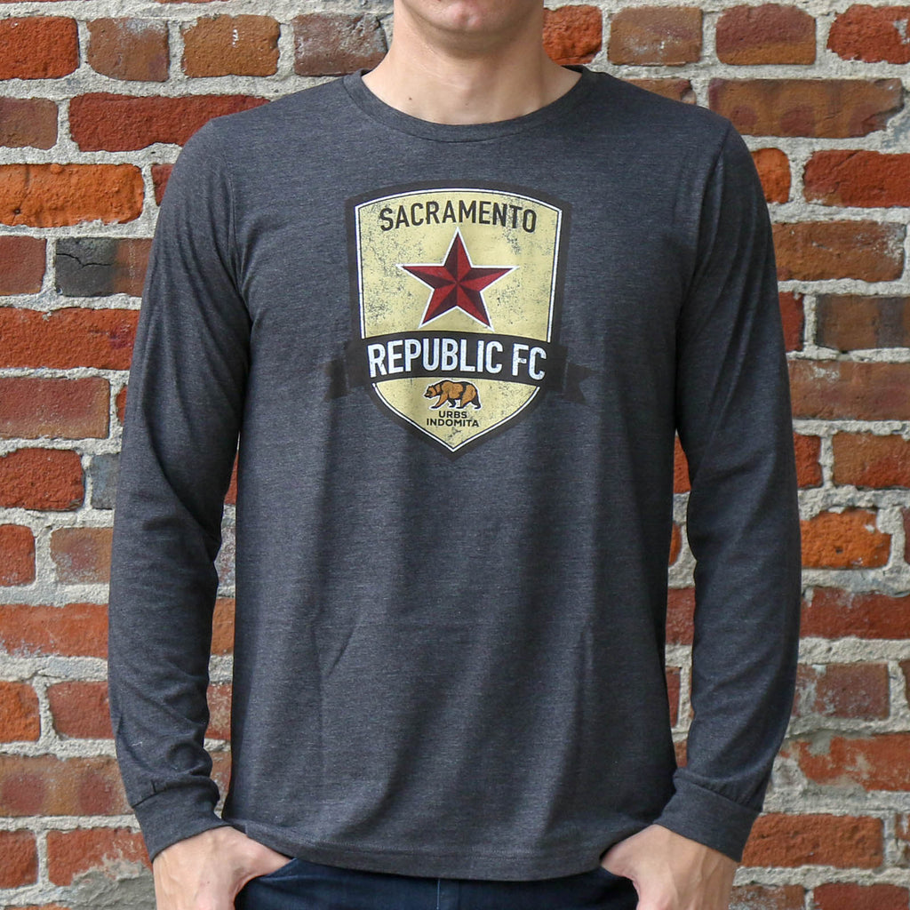 Men's Distressed Crest LS Tee in Heather Charcoal