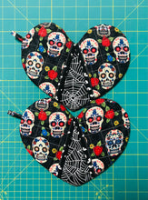 Load image into Gallery viewer, Quilted potholders; heart-shaped potholders; Heart-shaped mitt; Oven Mitt; Halloween Potholders;