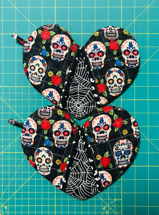 Quilted potholders; heart-shaped potholders; Heart-shaped mitt; Oven Mitt; Halloween Potholders;