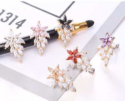 Adorable small stud earrings with a floral motif and sparkling crystals.