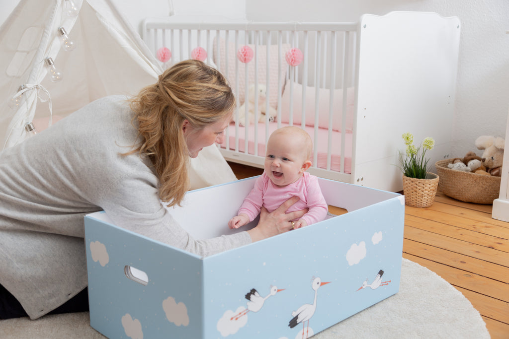 mutter mit baby in babybox von taidasbox