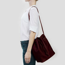 Laden Sie das Bild in den Galerie-Viewer, GROSSE BUCKET BAG | BORDEAUX