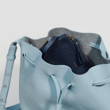 Laden Sie das Bild in den Galerie-Viewer, GROSSE BUCKET BAG | CLOUDY BLUE
