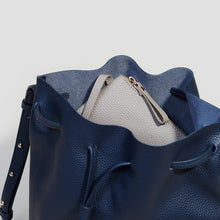 Laden Sie das Bild in den Galerie-Viewer, GROSSE BUCKET BAG | NAVY