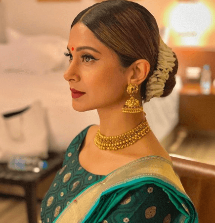 jennifer winget low bun hairstyle for indian look