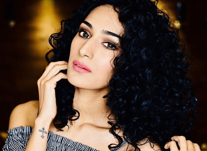 erica fernandes curly hairstyle