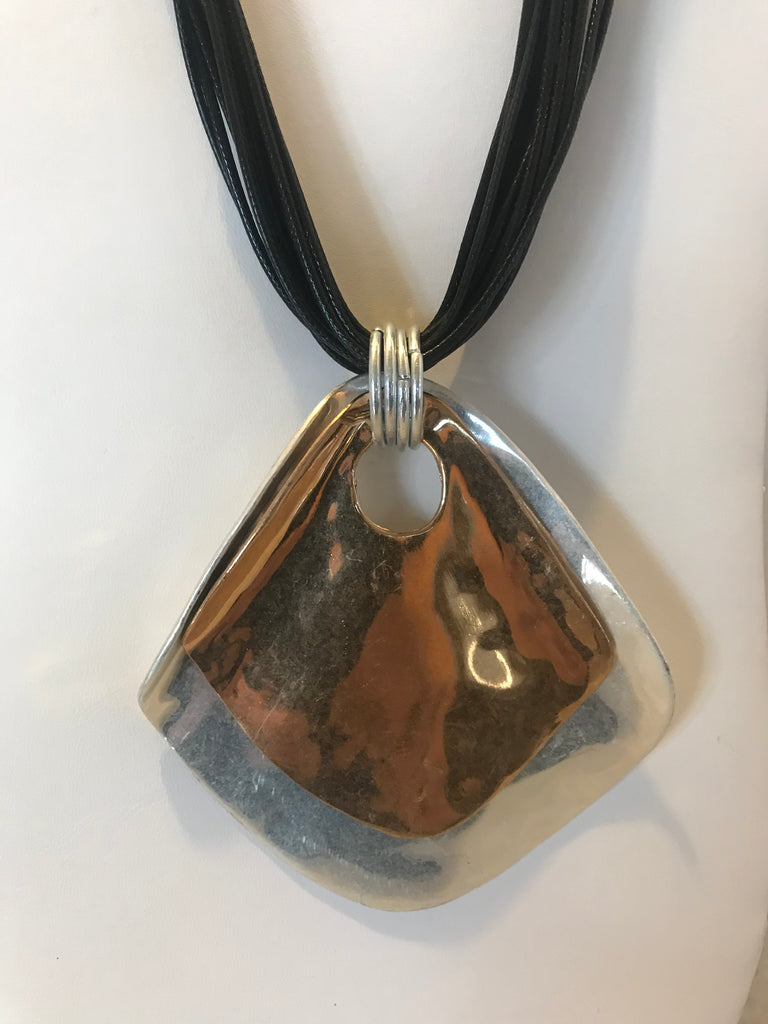 Metal pendant necklace