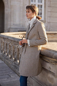 This check camel coat with slim lapel and two front pockets is elegant and understated. It has a regular fit and a composition of 40% wool / 60% polyester.  By Part Two